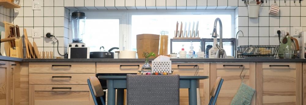 原木与灰绿撞色,一张方桌让厨房餐厅合体餐厅潮流混搭厨房设计图片赏析