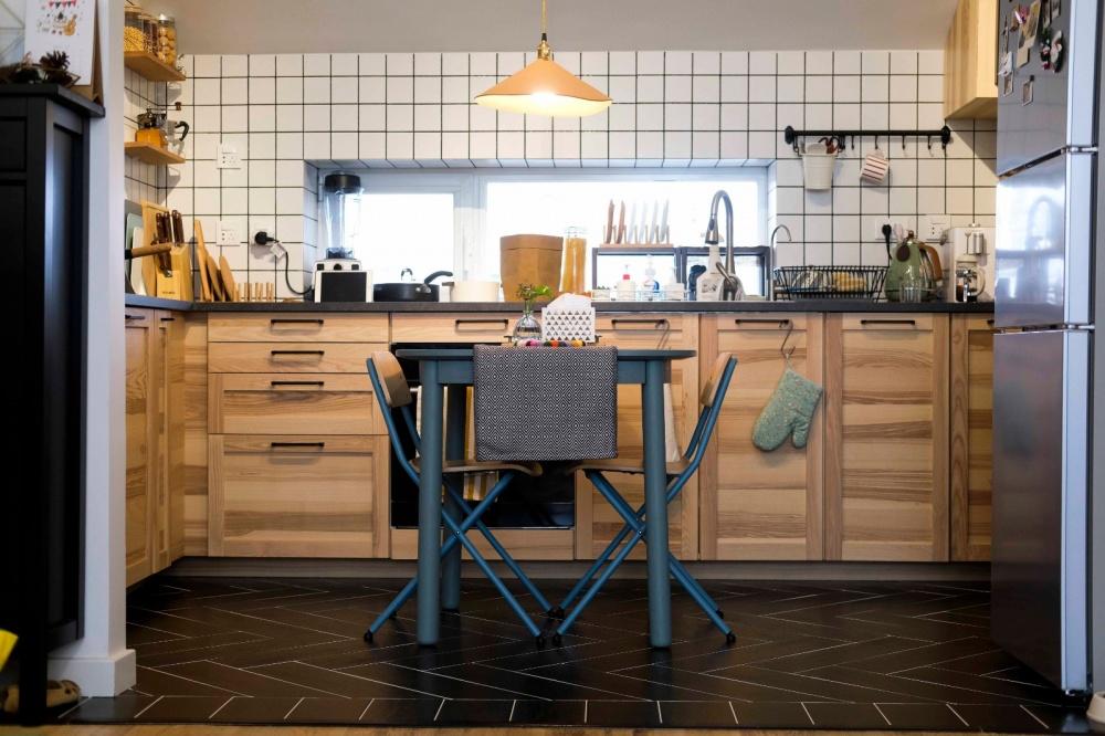 原木与灰绿撞色,一张方桌让厨房餐厅合体餐厅