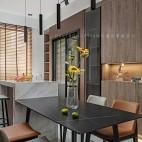 餐厅与客厅原木色储物柜图