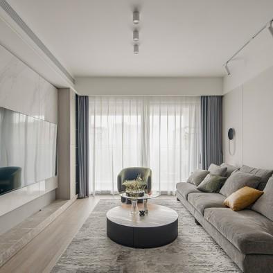 拥有现代天井,原始自然感强烈的简约开放家